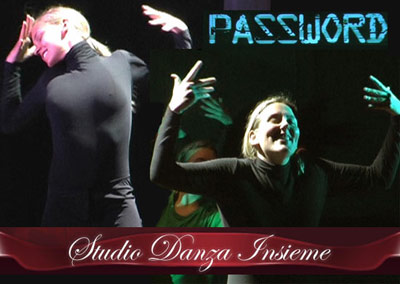 Elisabetta Marigo (a sinistra) e Ilaria Scoleri interpretano in LIS (lingua dei segni italiana) la canzone Alegrìa, nello spettacolo di danza PASSWORD
